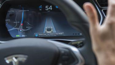 Tesla Autopilot handen stuur