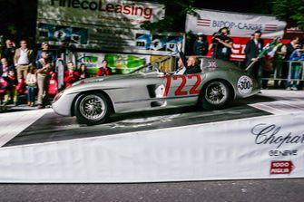 Sir Stirling Moss in de Mercedes-Benz 300 SLR