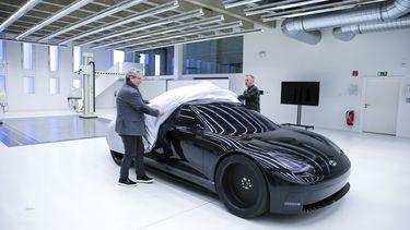 Luc Donckerwolke (L) naast de Hyundai Prophecy