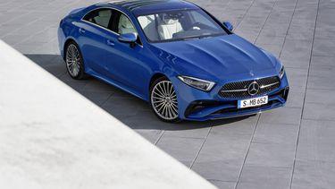 Mercedes-Benz CLS Coupé; Exterieur: spektralblau metallic, AMG Line; Interieur: designo Nappaleder Exclusiv in tiefweiß/schwarz, Holz hochglänzend grau, AMG Line, designo Lenkrad zweifarbig in Leder Nappa Mercedes-Benz CLS Coupé; exterior: spectral blue metallic, AMG line; interior: designo nappa leather exclusive in deep white/black, high-gloss grey wood trim, AMG line, designo two-tone steering wheel in nappa leather