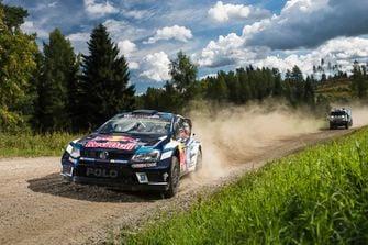 3-Red Bull Volkswagen Polo R WRC versus Kamaz 4326 - Autovisie.nl