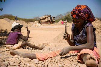 Vrouw en kind met kobalt in Congo